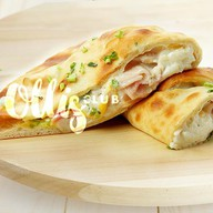 Пирог-кальцоне с ветчиной и беконом Фото
