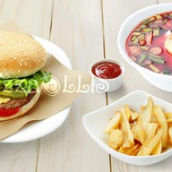 Холодный борщ, гамбургер и фри Фото