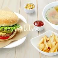 Ланч с куриным супом, гамбургером и фри Фото