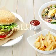 Окрошка, гамбургер и фри Фото