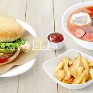 Солянка, гамбургер и фри Фото