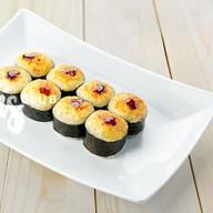 Ролл запеченный лосось под сырным соусом Фото