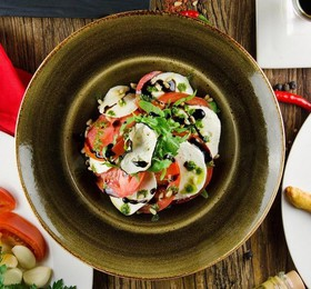 Моцарелла с томатами - Фото