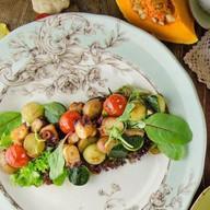 Теплый салат с осьминогом Фото