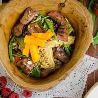 Теплый салат с ягненком, кеноа и овощами Фото