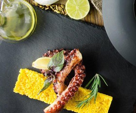 Осьминог на гриле с шафрановым ризотто - Фото