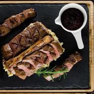 Седло барашка c пюре и ягодным соусом Фото