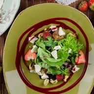 Салат со свеклой, козьим сыром и ягодами Фото