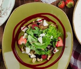 Салат со свеклой, козьим сыром и ягодами - Фото