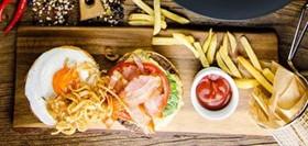 Бургер с мраморной говядиной, фри - Фото