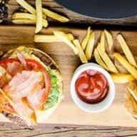 Бургер с мраморной говядиной, фри Фото