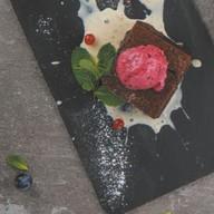 Шоколадный брауни с мороженым и соусом Фото