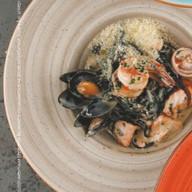 Черные спагетти с лососем, мидиями Фото