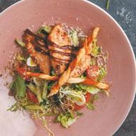 Салат с курицей bbq, козьим сыром Фото