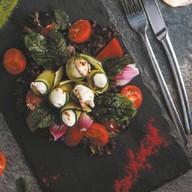 Салат из помидоров и огурцов с кремом Фото