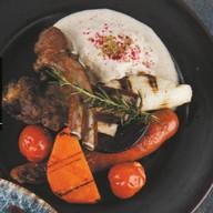 Каре ягненка с печеными овощами, эспумой Фото