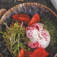 Буратта с томатом и песто из базилика Фото
