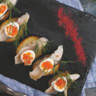 Олюторская сельдь на картофеле с икрой Фото