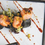 Нежный ролл с лососем, креветкой, грушей Фото