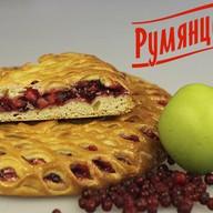 Сладкий пирог с брусникой и яблоком Фото