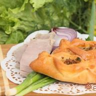 Пирожок с куриной печенью и овощами Фото