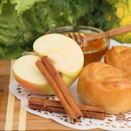 Пирожок с яблоком и корицей Фото