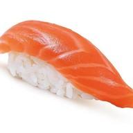 Нигири суши копченый лосось Фото