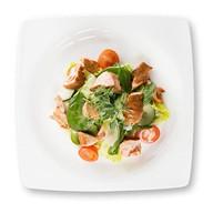 Салат с копченым лососем и шпинатом Фото