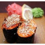 Запеченные суши в спайси соусе Фото