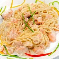 Спагетти с лососем в сливочном соусе Фото