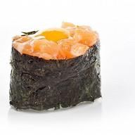 Суши лосось с перепелиным яйцом Фото