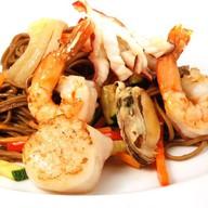 Соба с овощами и морепродуктами Фото