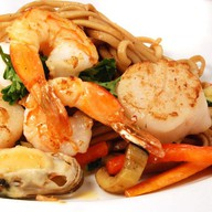Удон с овощами и морепродуктами Фото