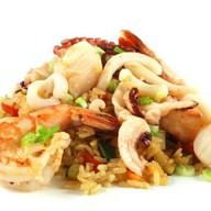 Рис с овощами, морепродуктами и яйцом Фото