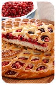 Сладкий пирог с брусникой и яблоком - Фото