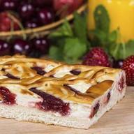 Пирог с клубникой и творогом Фото