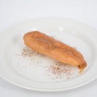Эклер с карамельным кремом Фото