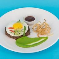 Бифштекс из мраморной говядины с яйцом Фото
