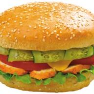 Бургер с курицей барбекю и сыром Фото