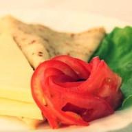 Блин с сыром и помидором Фото