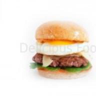 Бургер с говядиной и яйцом Фото