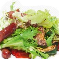 Салат с копчеными колбасками грил Фото