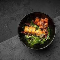 Салат с лососем и жареным сыром халуми Фото