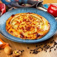 Румяный хачапури с капустой и яйцом Фото