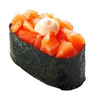 Гункан с лососем и соусом Спайси Фото