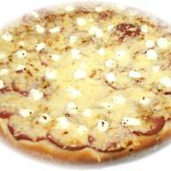Пицца с салями и брынзой Фото