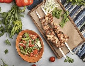 2 шашлыка из свинины, овощной салат - Фото