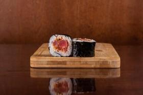 Ролл с тунцом и красным перцем - Фото