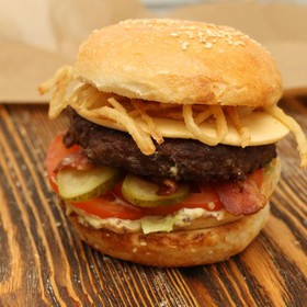 Горчичный бургер с луком фри - Фото