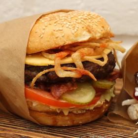 Домашний бургер с яйцом, луком и сыром - Фото